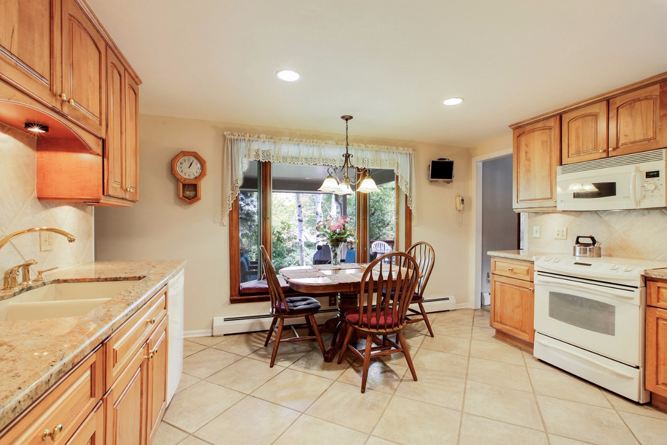 Great size kitchen, microwave/convection, 16