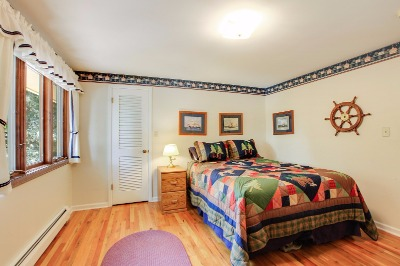 Good sized rooms, overhead lighting