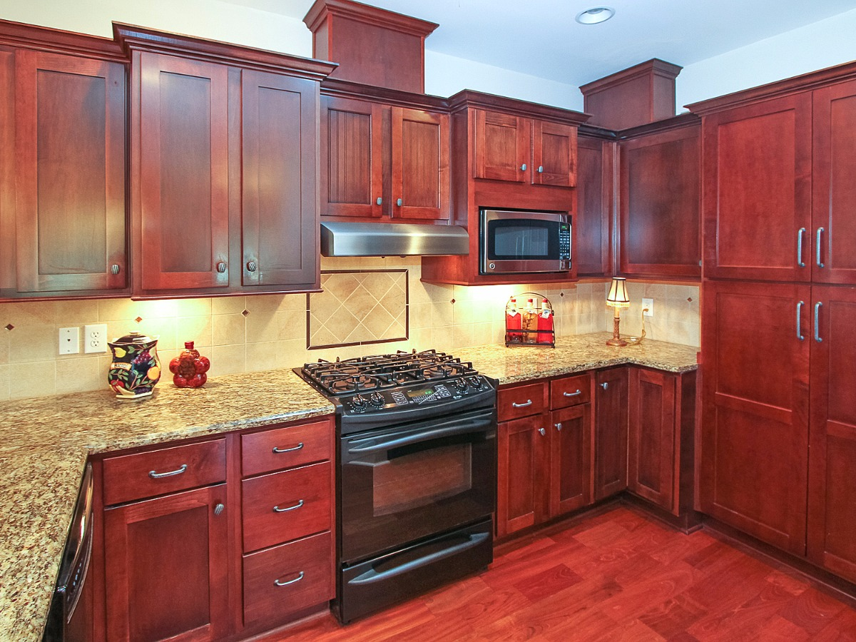 Quality cabinets, gas cooktop, 2nd quarters