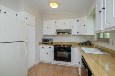 Efficient Kitchen with Great Cabinets & Pantry