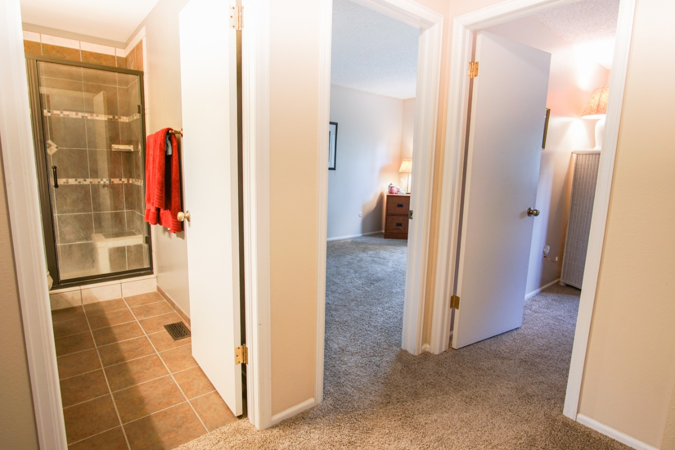 Upper hall bath for the 2 guest bedrooms