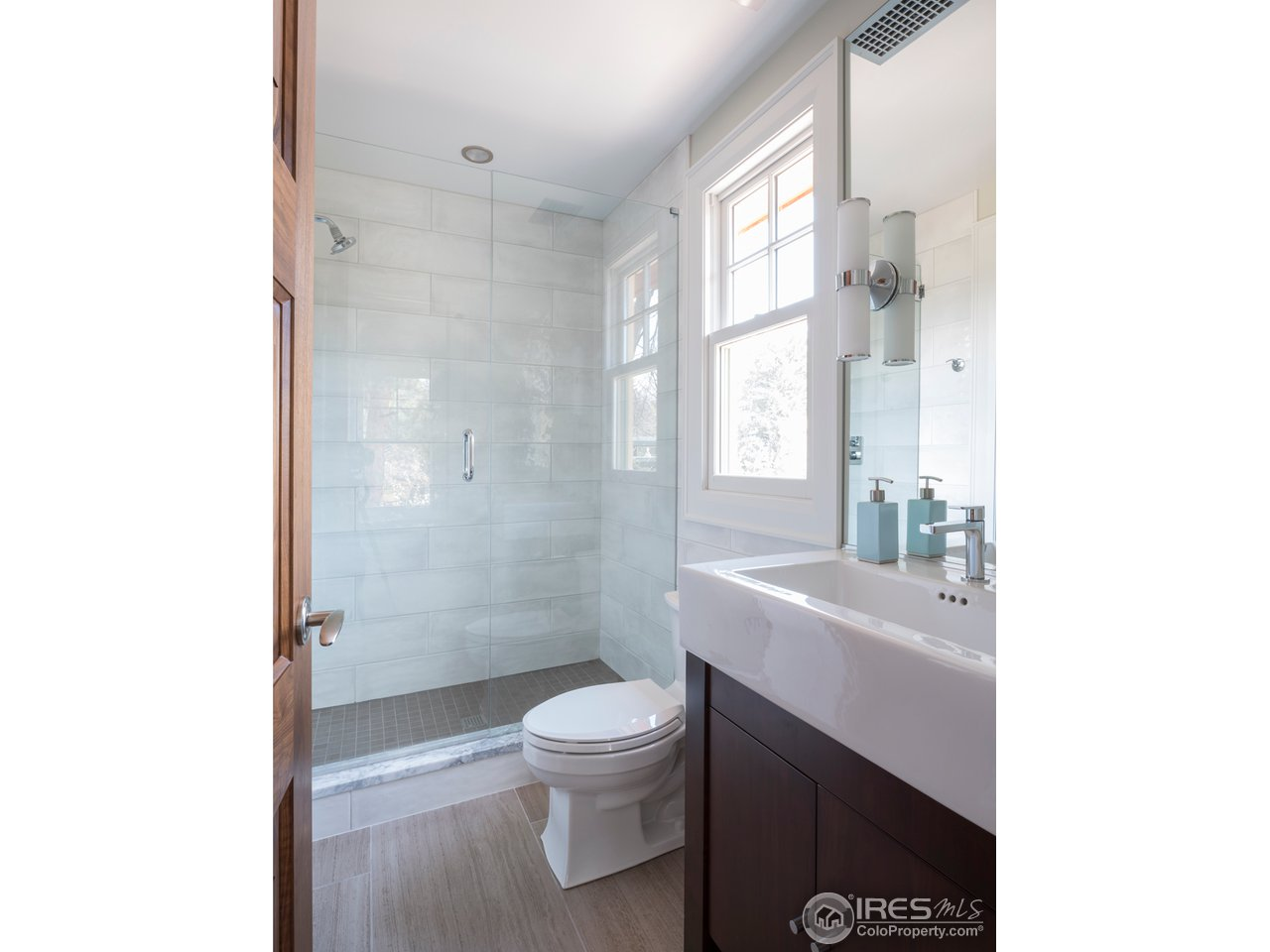 Upper SE Bedroom Bath
