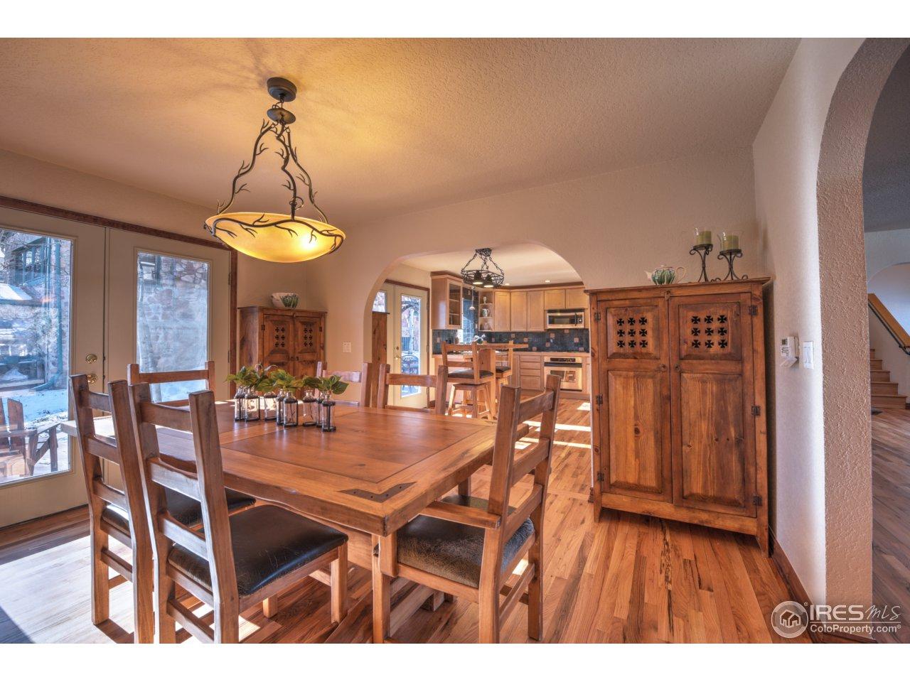 Diningroom into kitchen