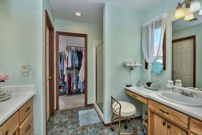 Master 5 pc bath, with vanity & walk-in closet