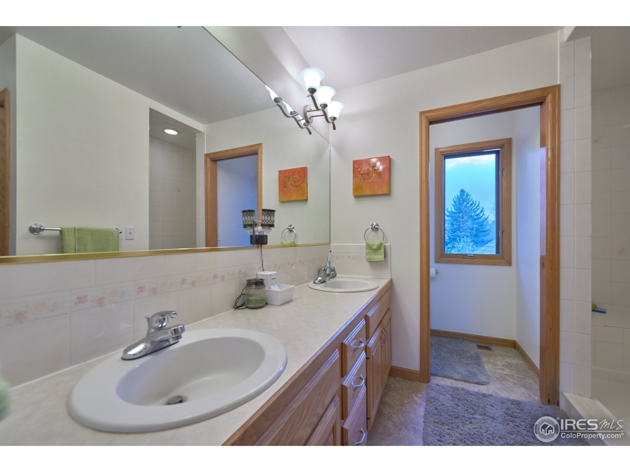 Master bath with dual sinks