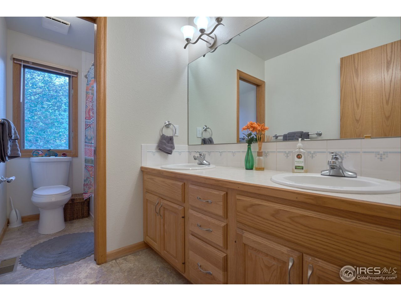 Full guest bath w/ dual sinks- Upper level
