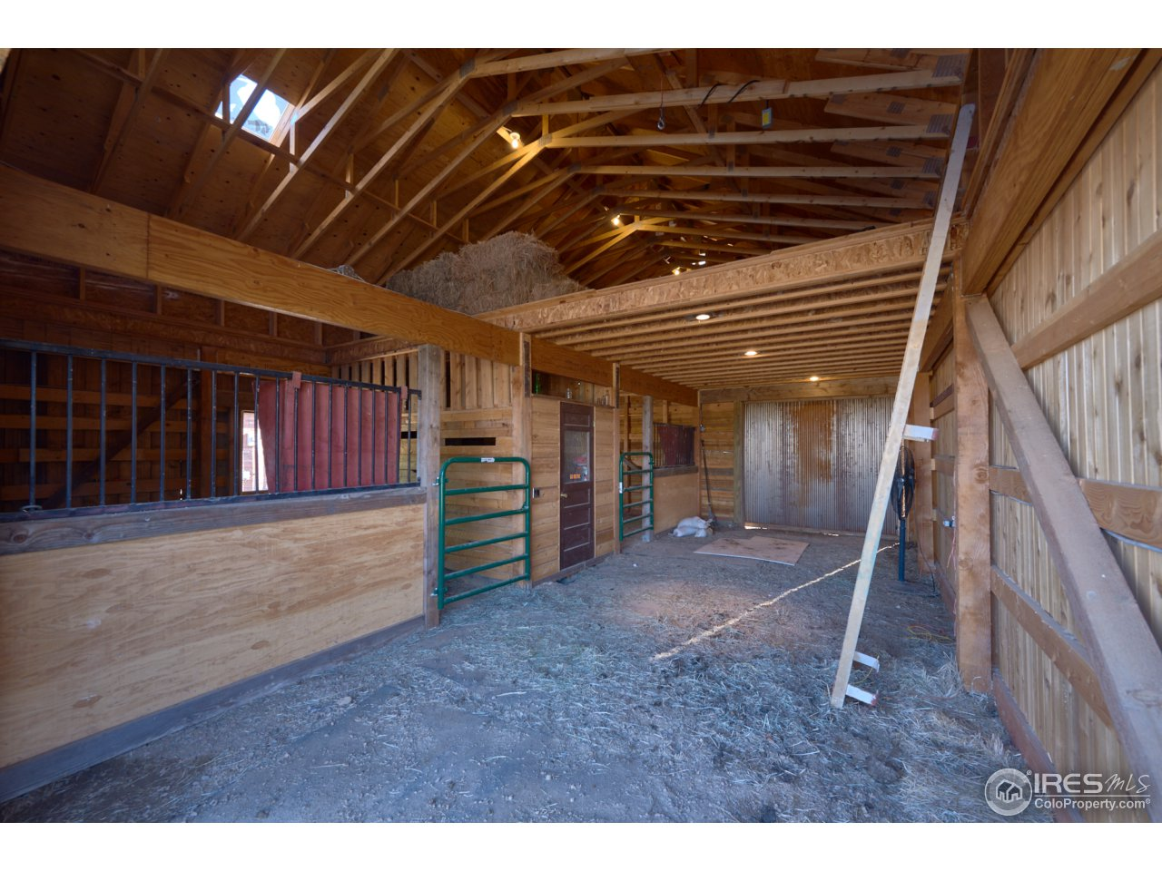 Tack room, hay loft &  room to tie up indoors