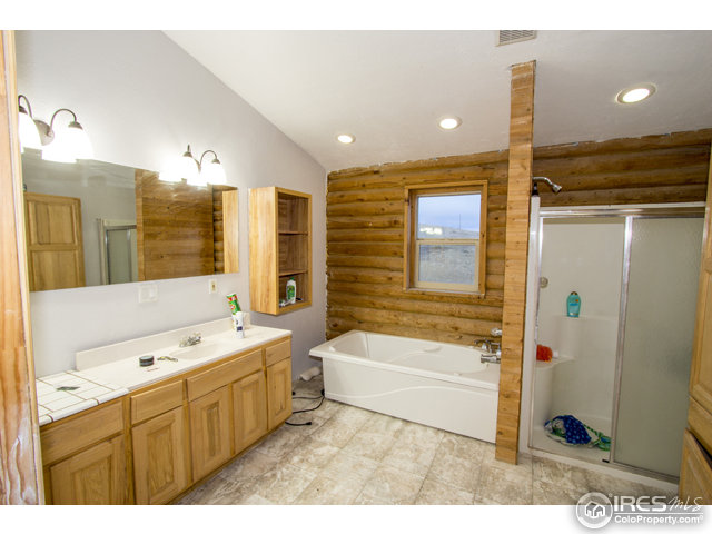 Enjoy Mountain Views wile relaxing in the tub!