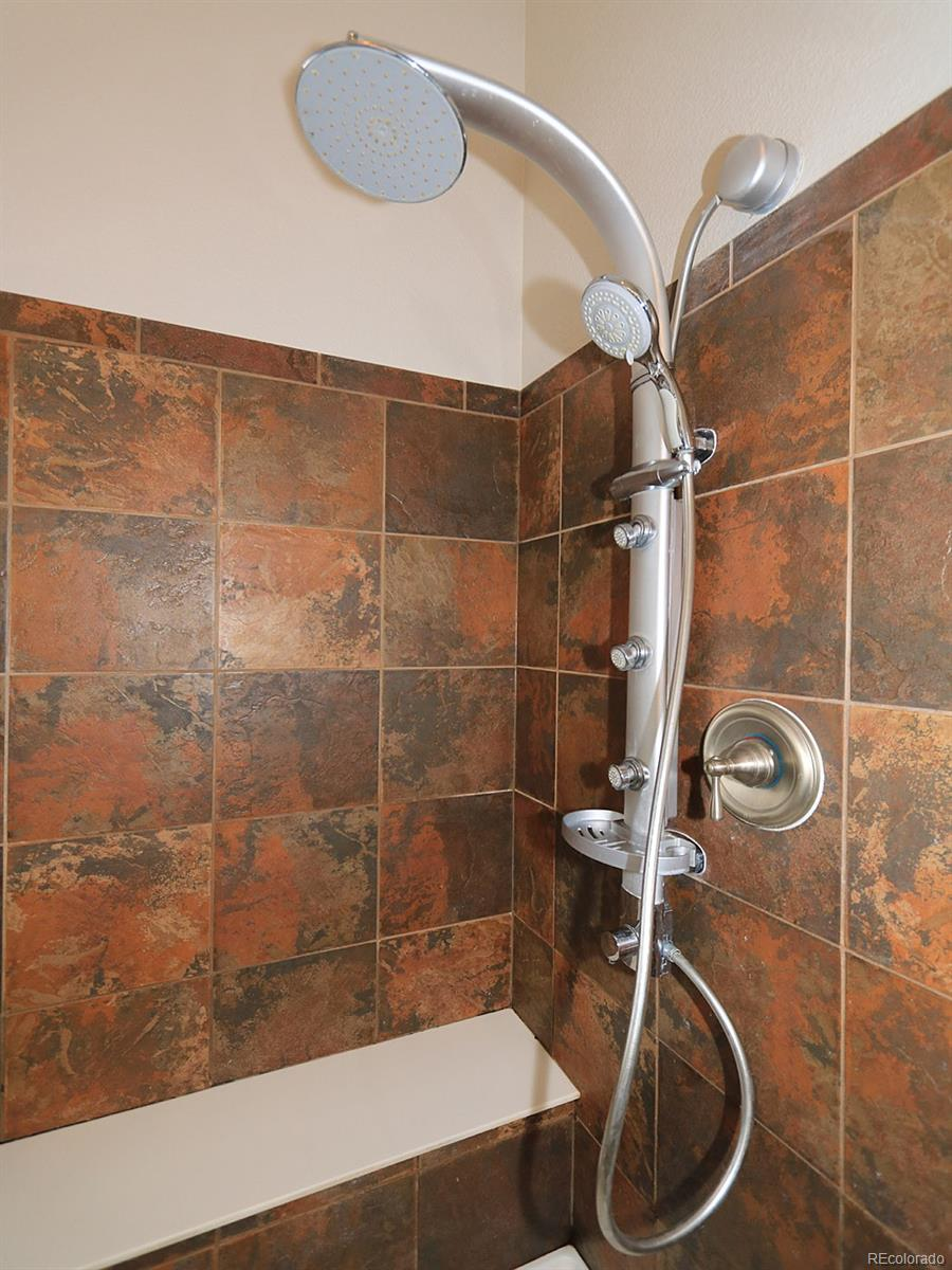 Lage Separate Shower