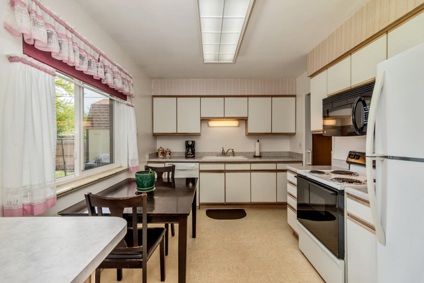 Great Workspaces in Bright Open Kitchen