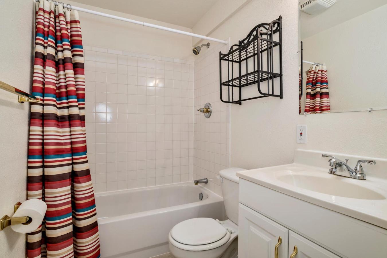 Full Bath & LArge Walk-in Closet in Basement