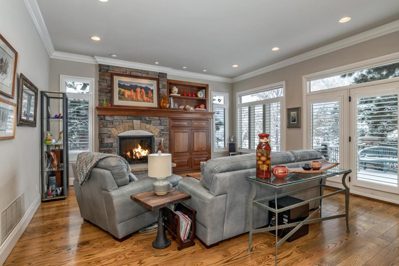 Great Room Overlooks Front Deck & Mountain Views