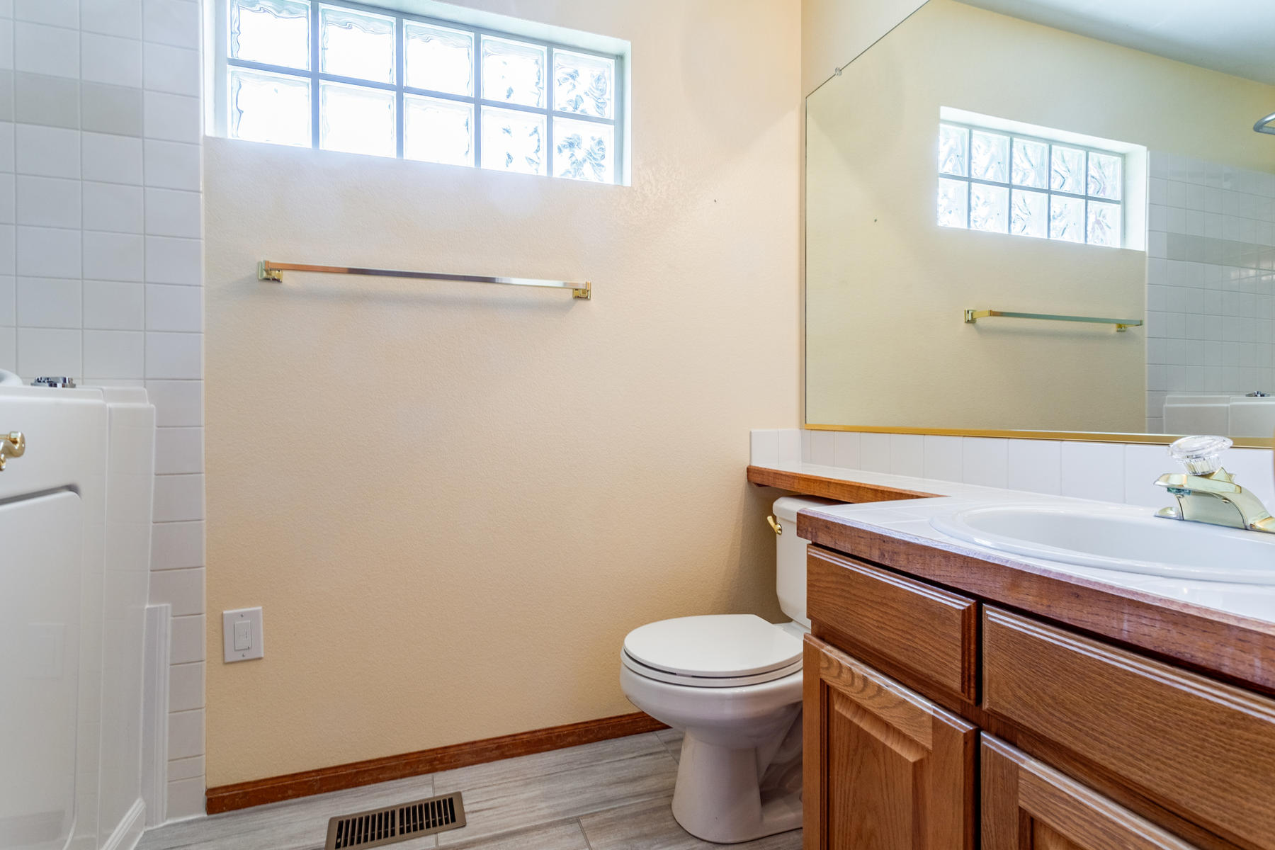 Full Bath and Expansive Closets in Flex Room