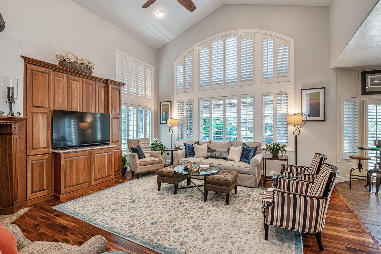 Vaulted Ceiling Adds to Elegant Open Feeling