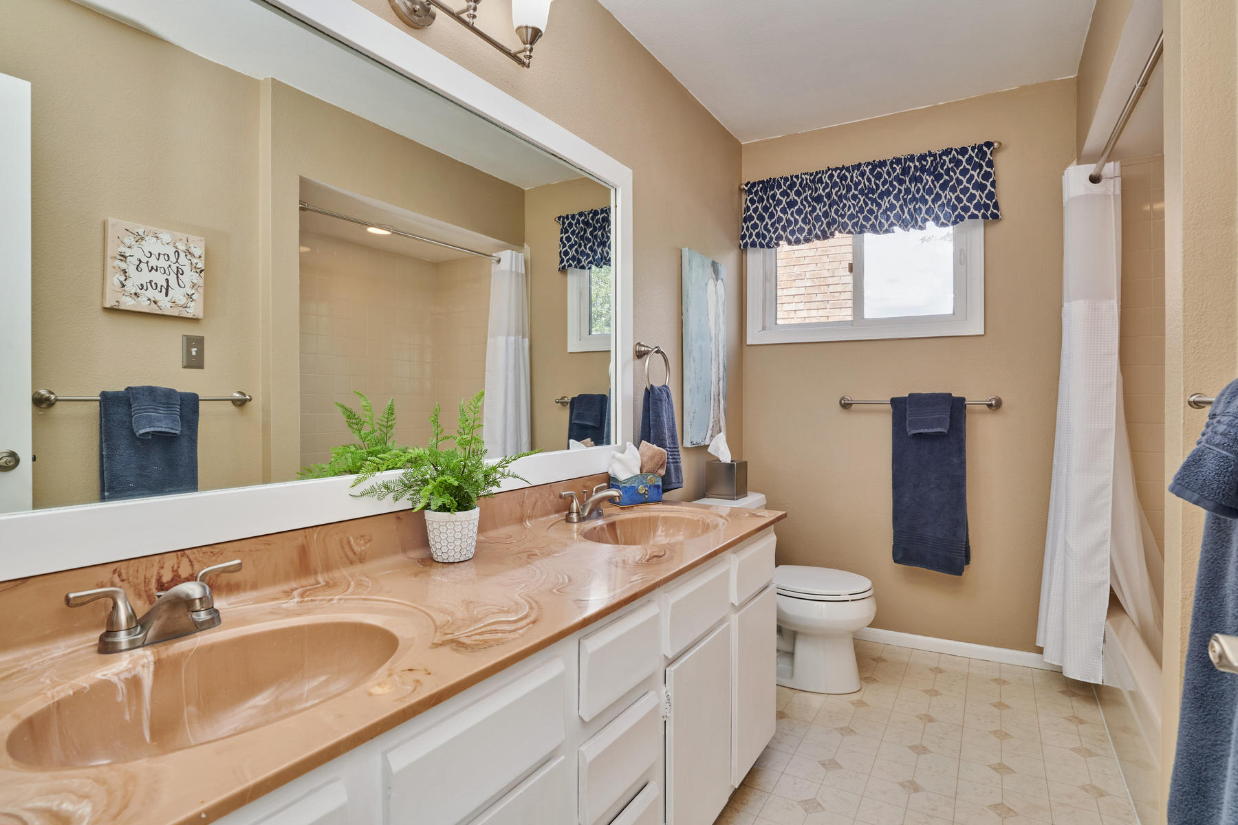 Full Hall Bath for Secondary Bedrooms