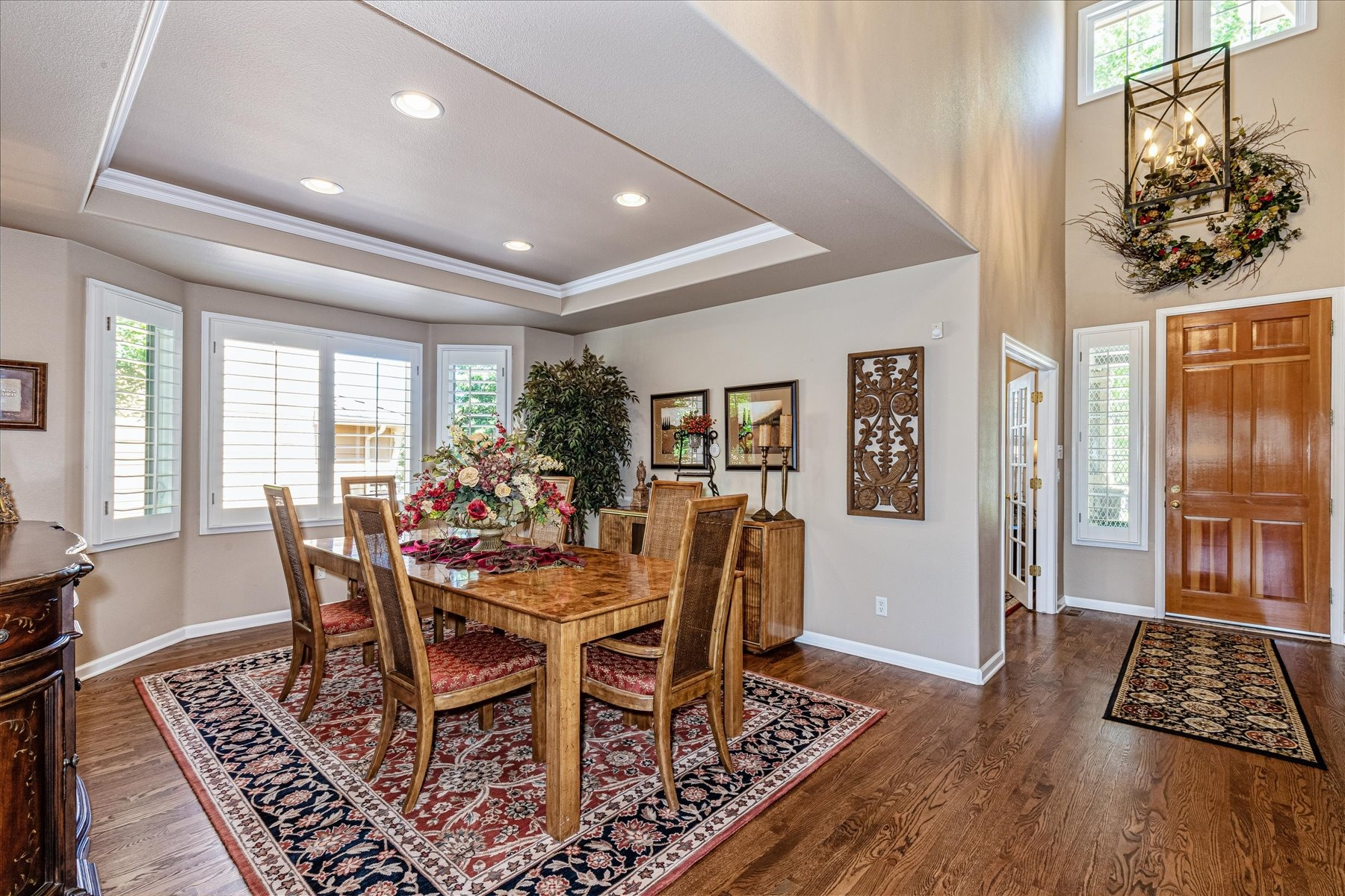 Large Formal Dining Room w/Tray Ceiling