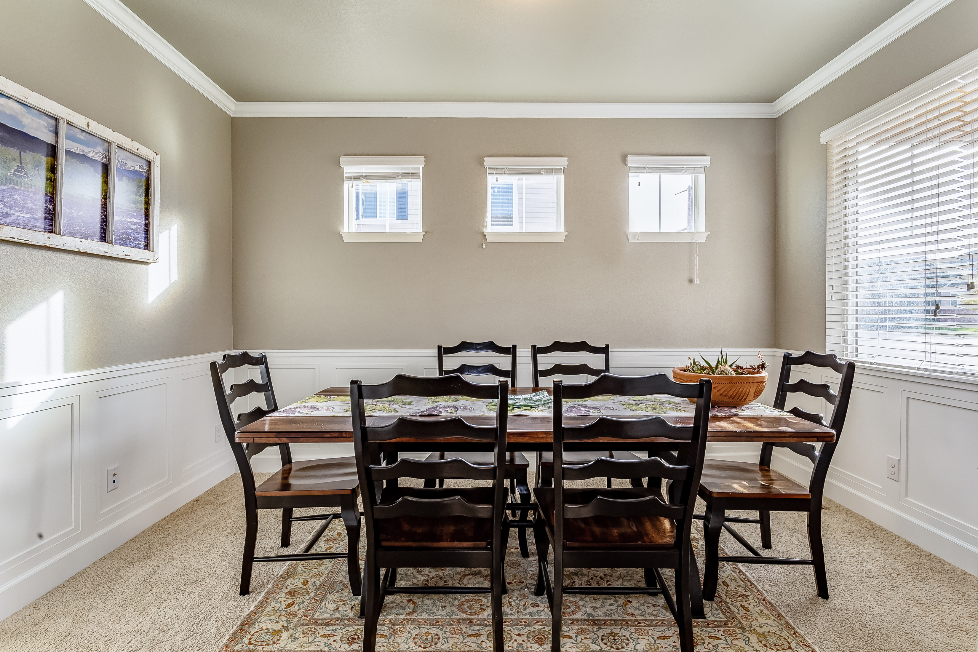 Dining w/wainscoting & crown molding