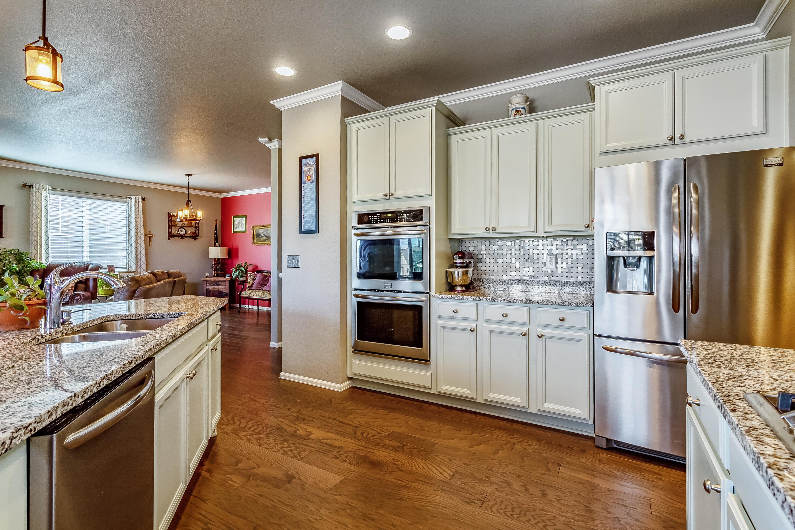 Gourmet kitchen w/abundant cabs & walk-in pantry