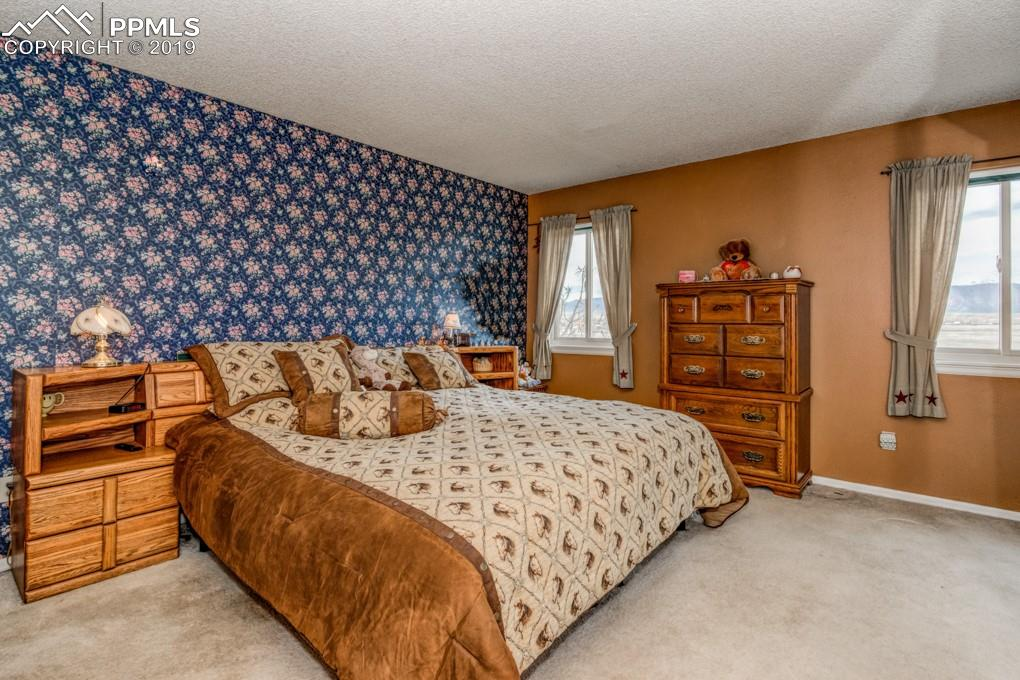 Large upper level master bedroom w/mountain views