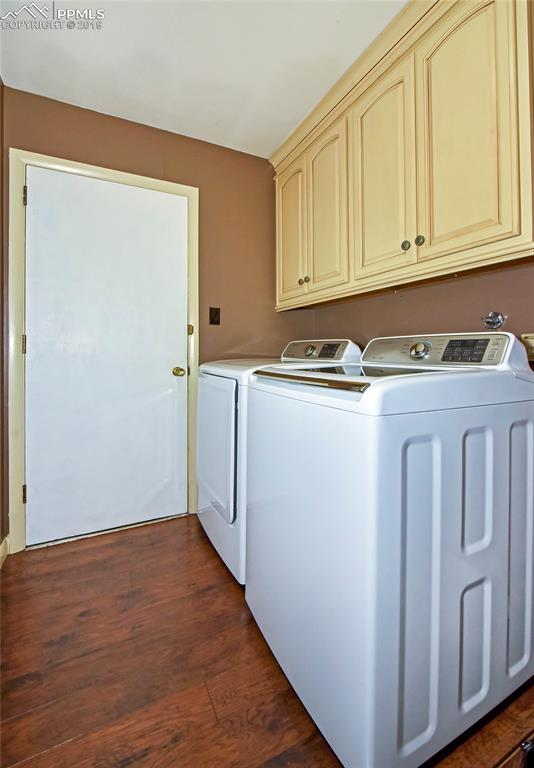 Large mud room/laundry off kitchen and garage