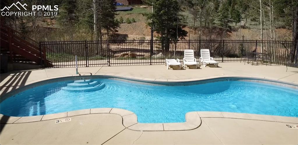 Community heated (92-94 degrees) pool!