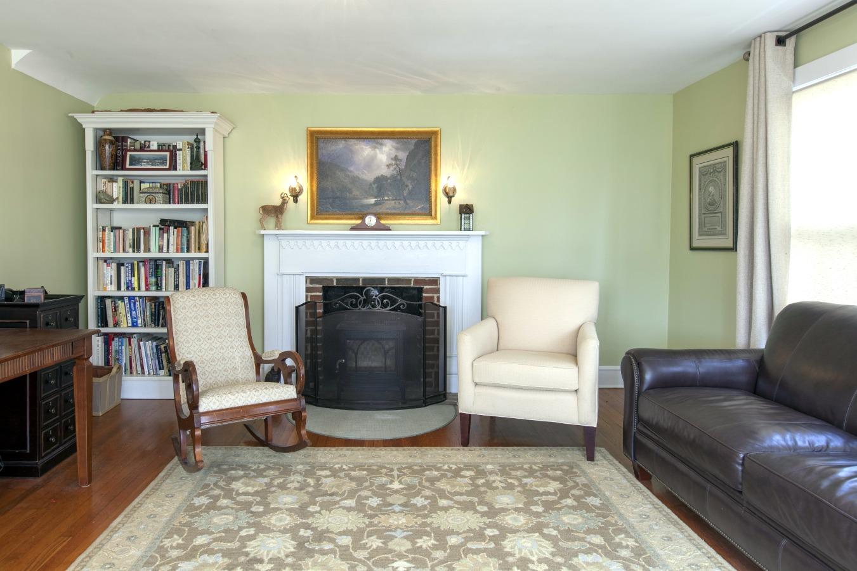 Livingroom - Wood stove conveys
