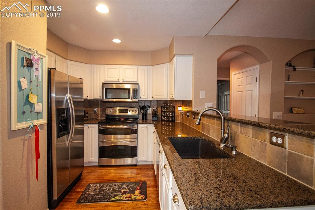 Beautiful updated granite & stainless steel kitchen