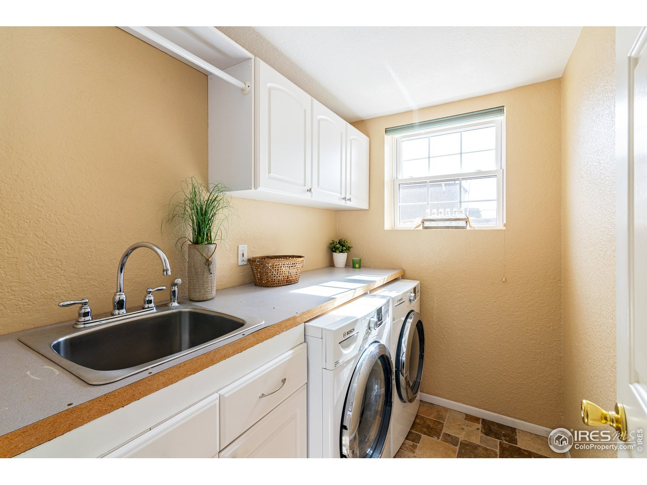 Laundry Room w/sink and built ins