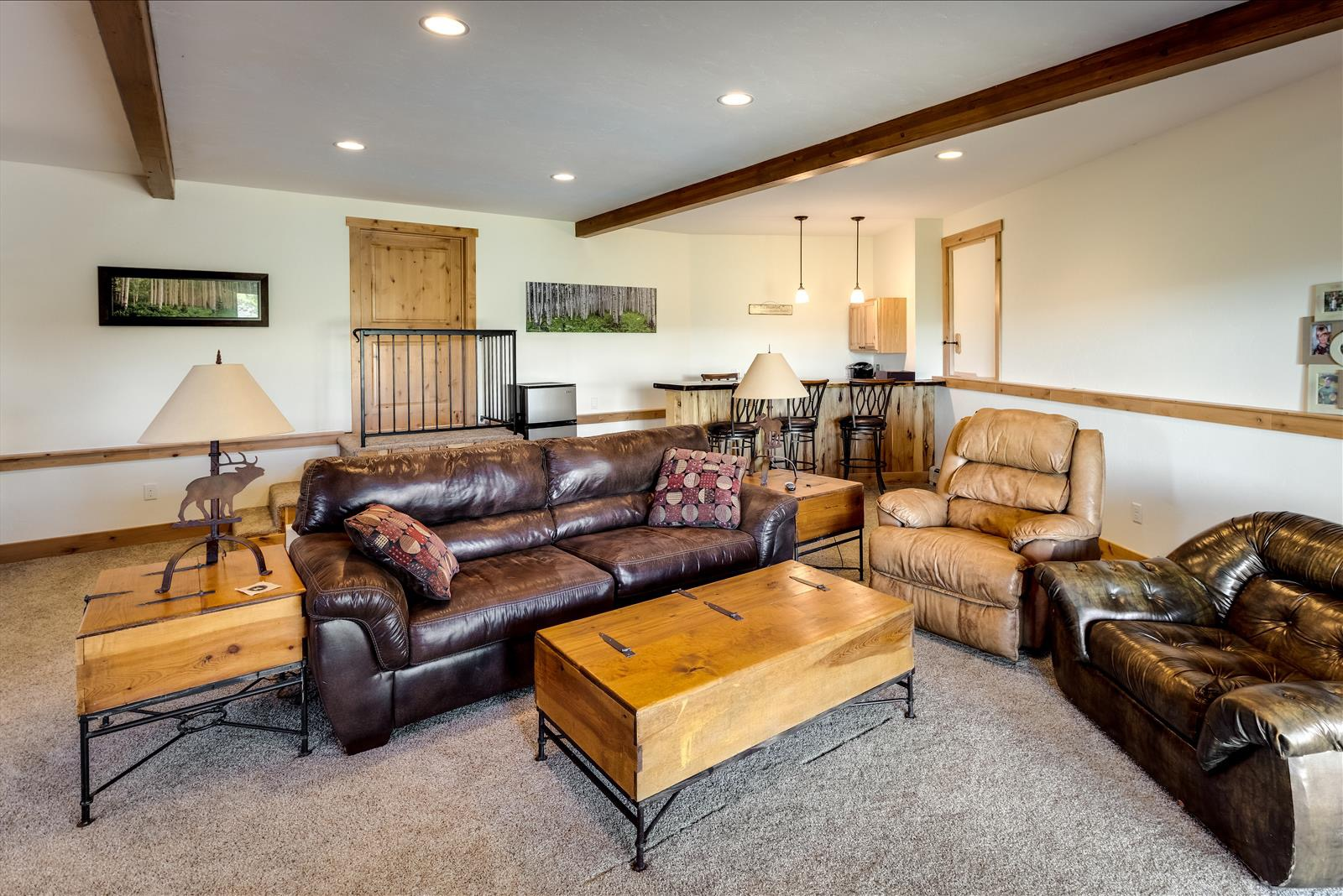 Family room w/ wet bar, some furnishings included