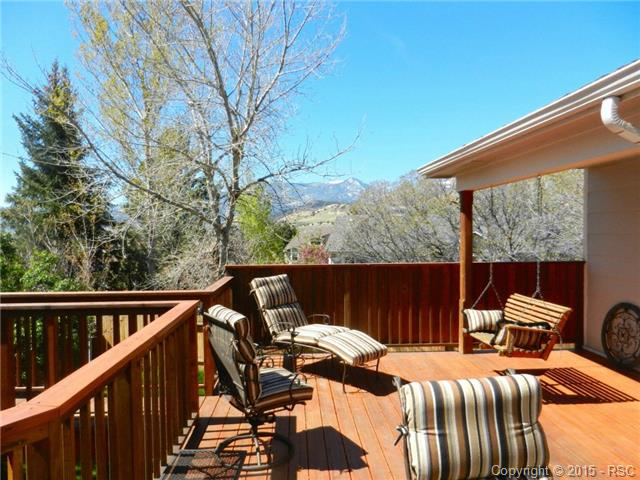 Large deck with gorgeous MOUNTAIN VIEWS!