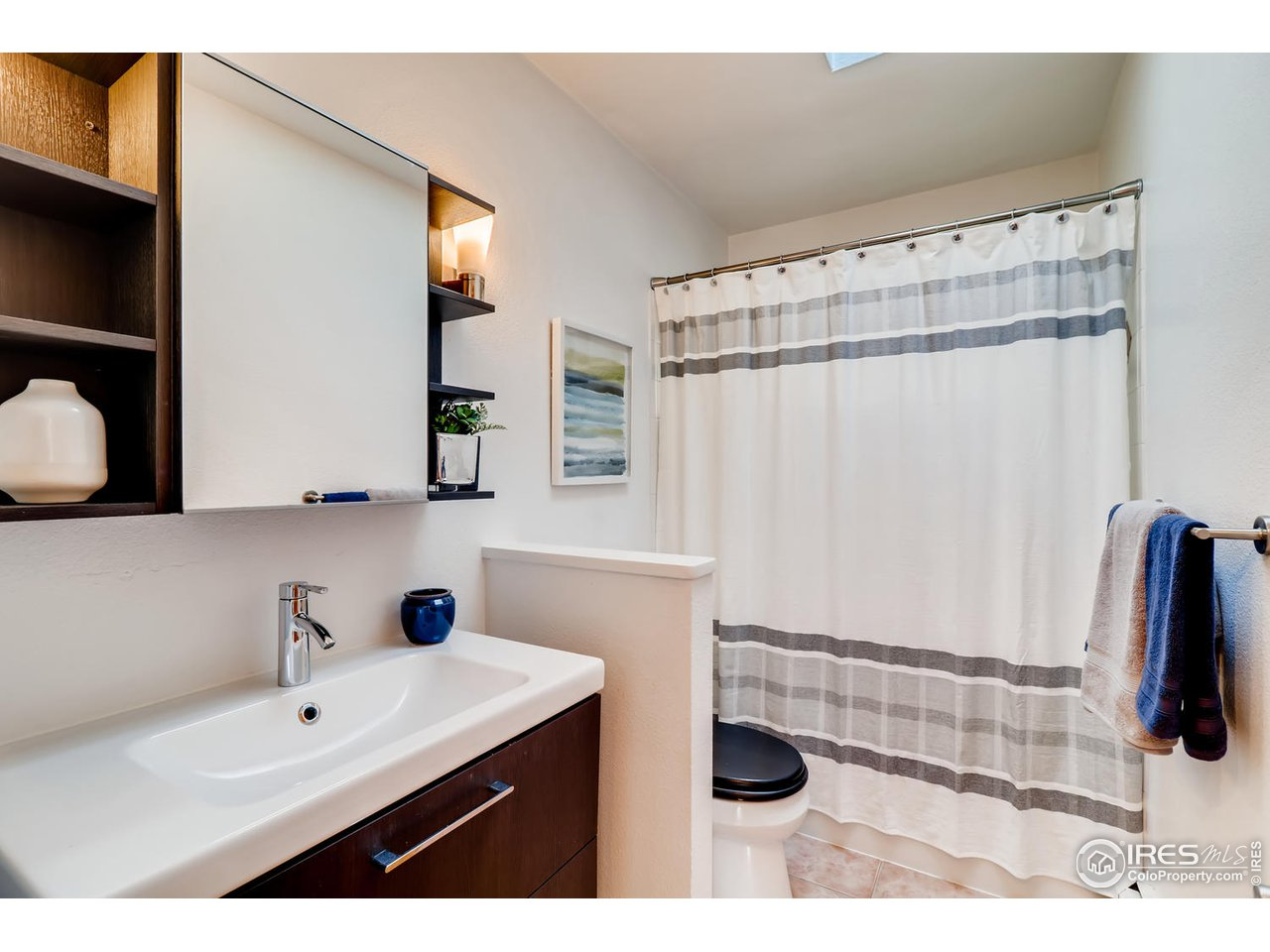 Full bath w/ new vanity