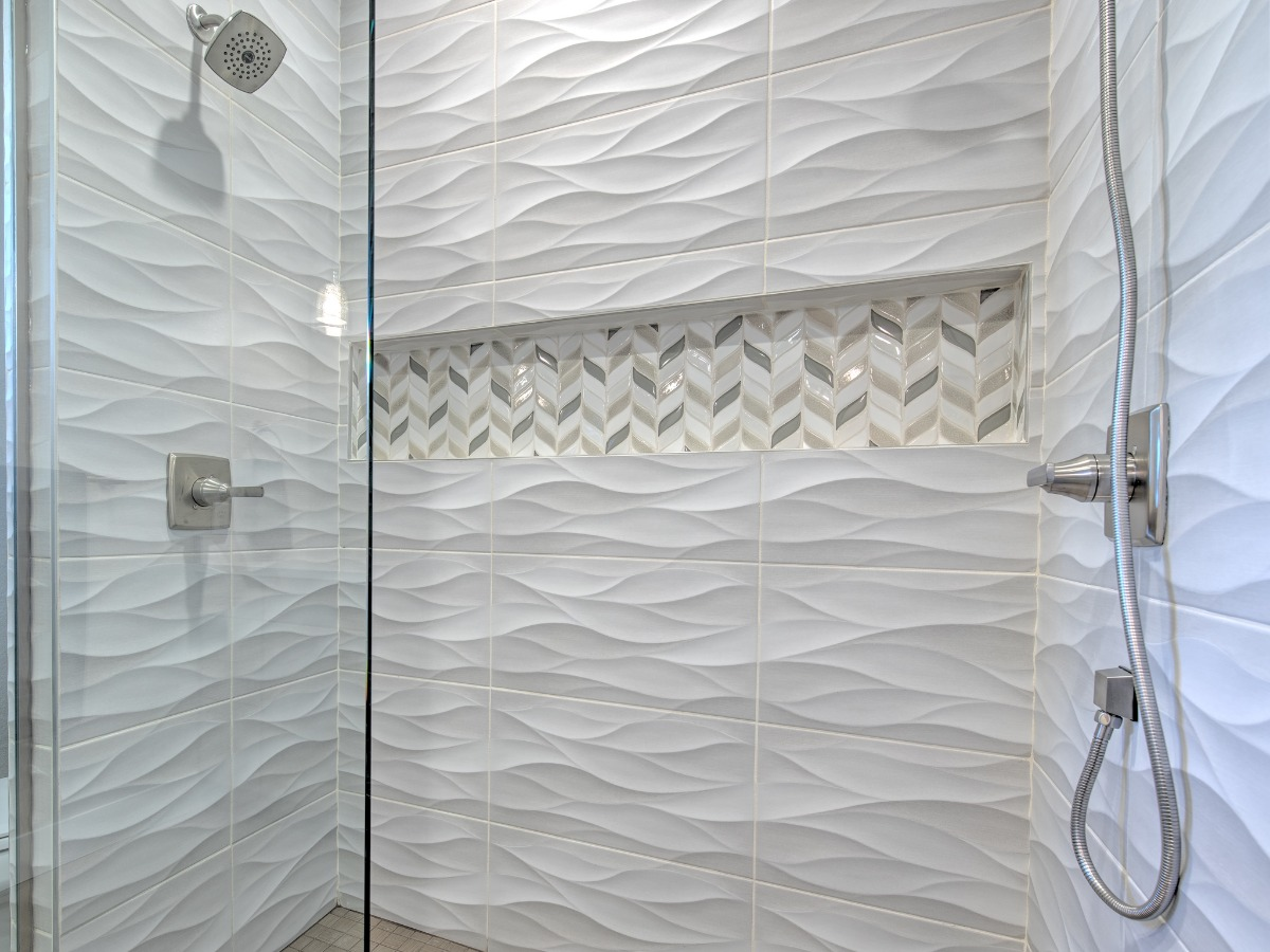 DOUBLE SHOWER WITH WAND AND DESIGNER TILE