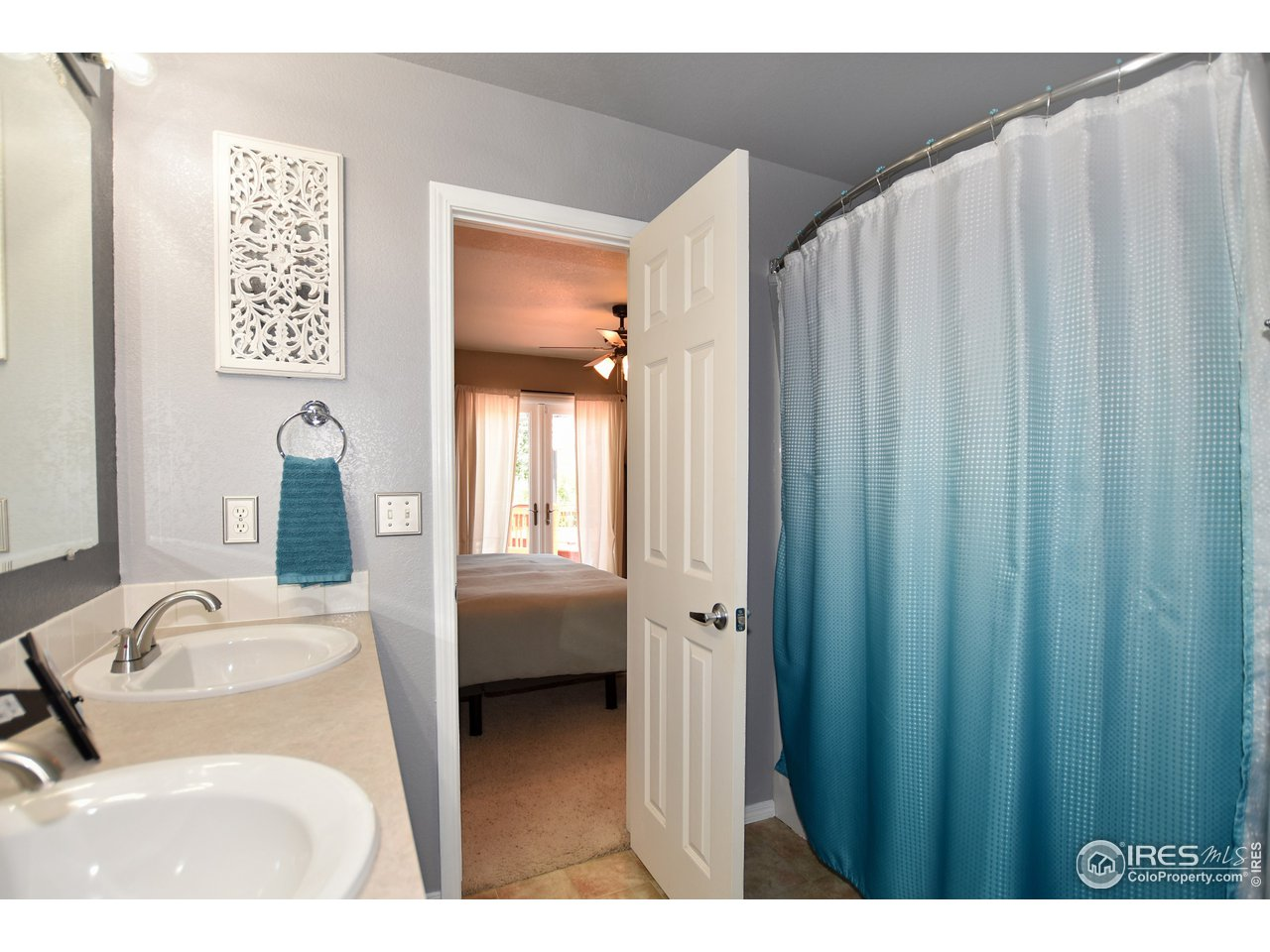 Owner's Suite private bath,  High vanity w double sinks  and full tub/shower