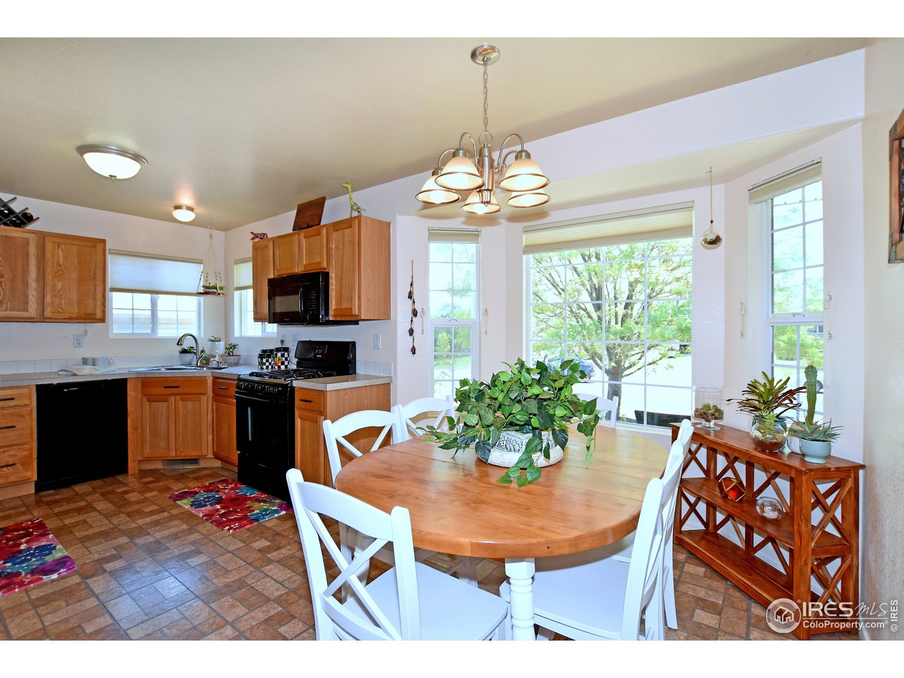 Cook's Delight, Spacious kitchen with eating nook and bay window