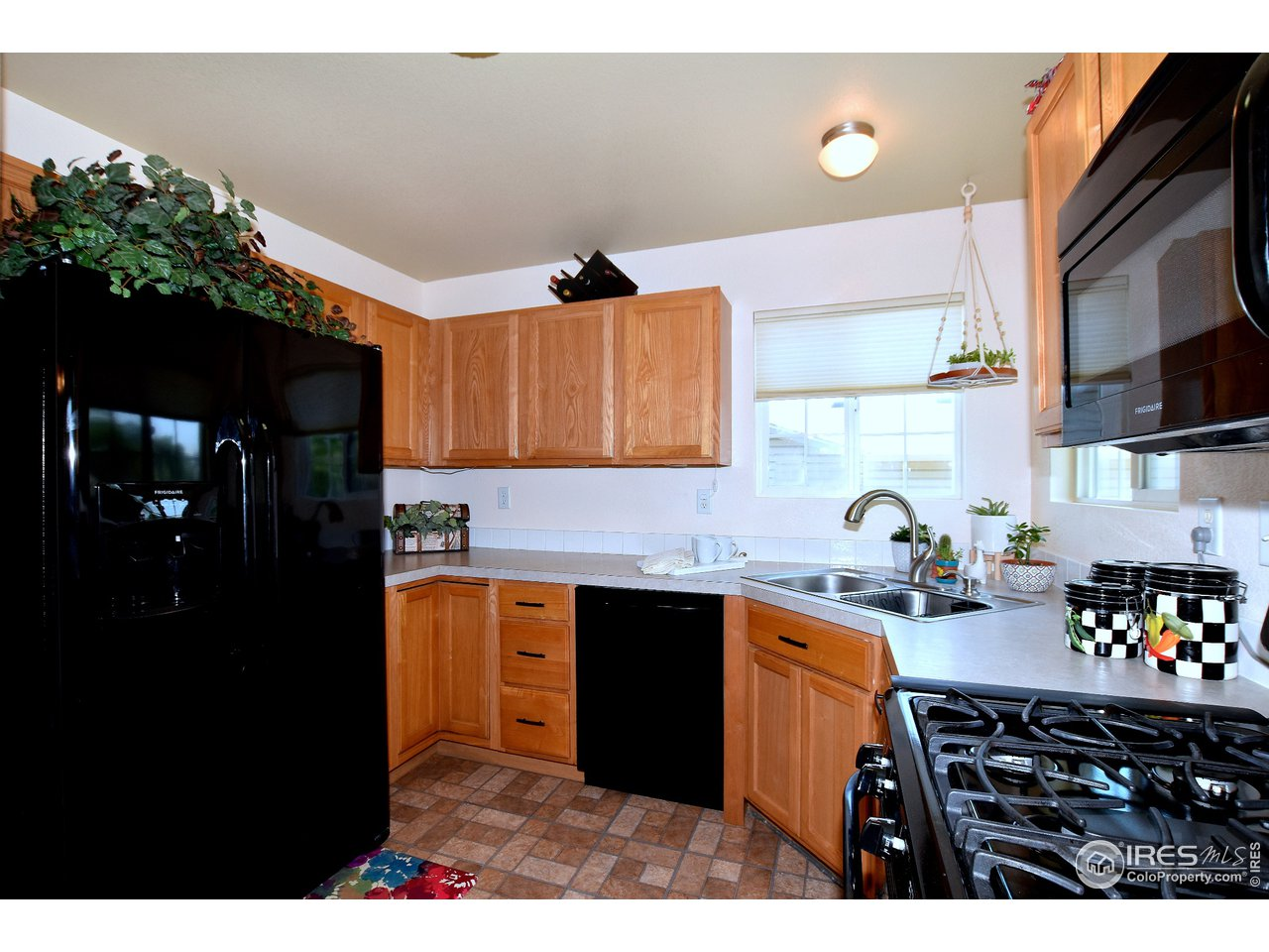 Cook's kitchen with newer Gas Range/oven, dishwasher, microwave and Refrigerator