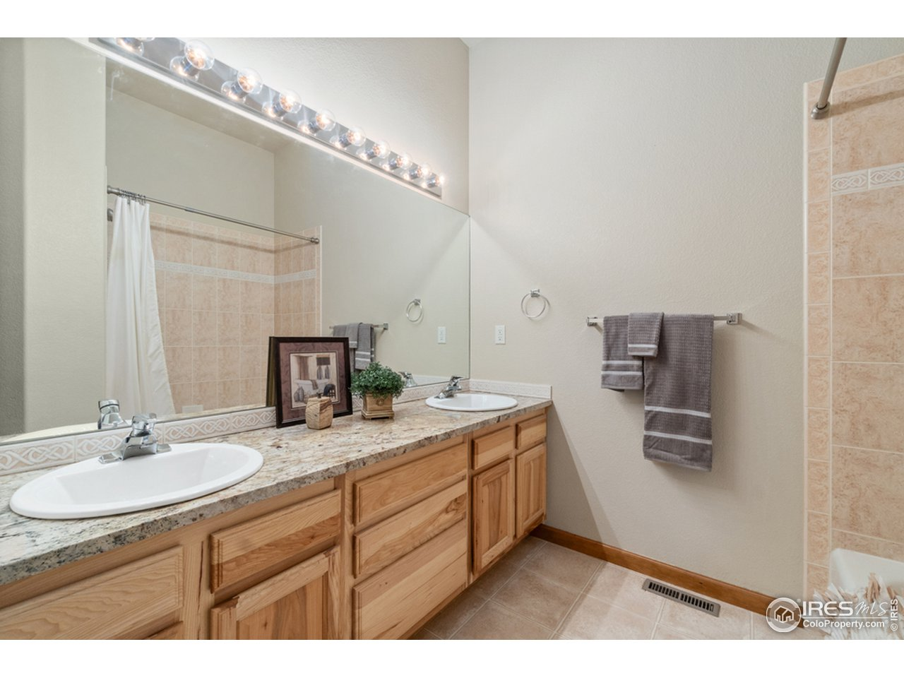 Main Floor Full Guest Bath