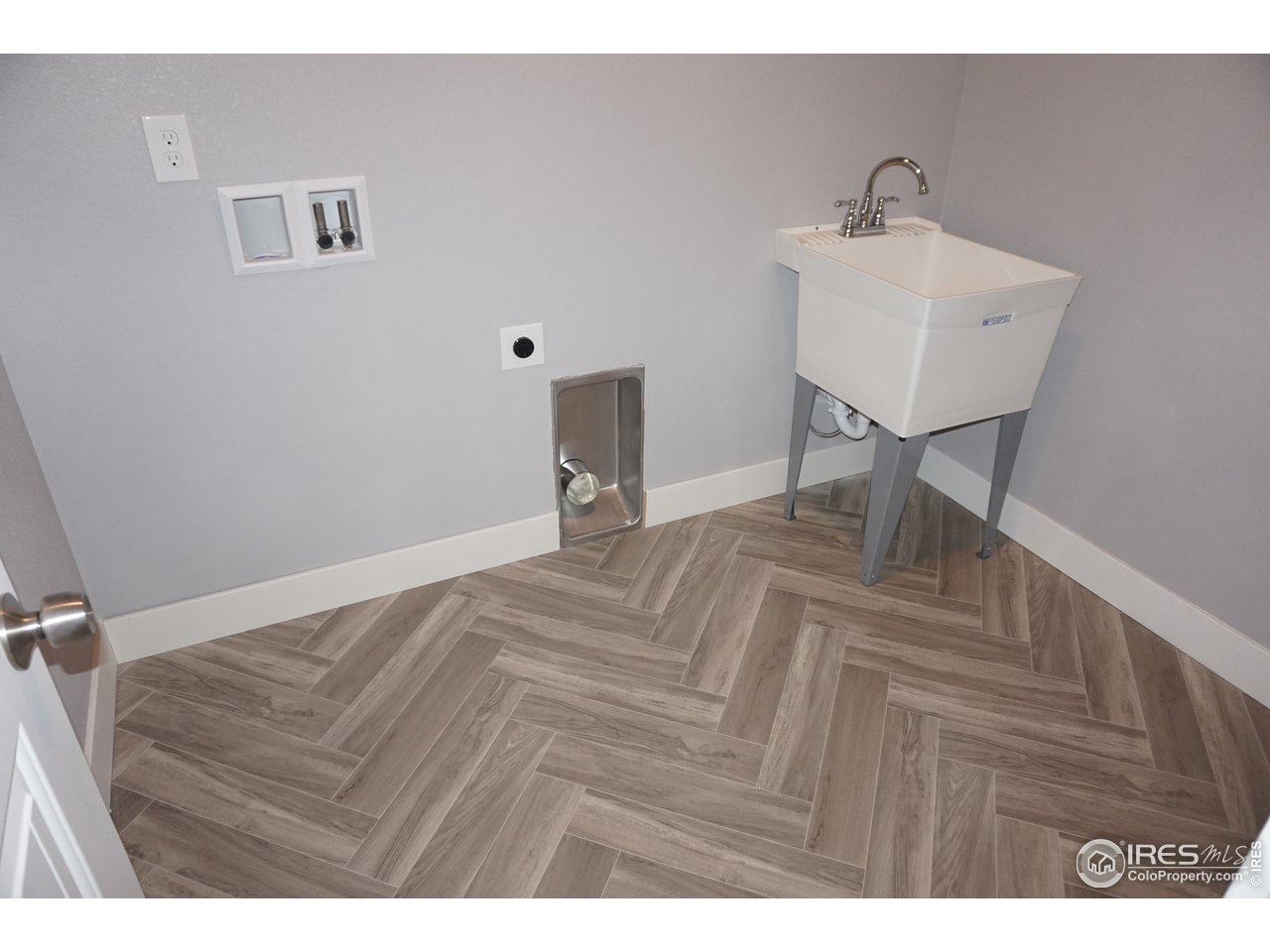 Upper Level Laundry with Tub
