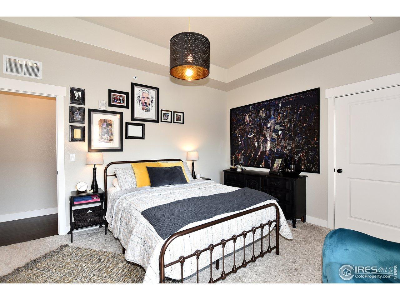 Oversized 2nd bedroom w/ walk in closet