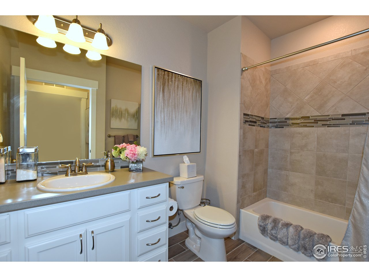Oversized full bathroom adjacent to 2nd bedroom