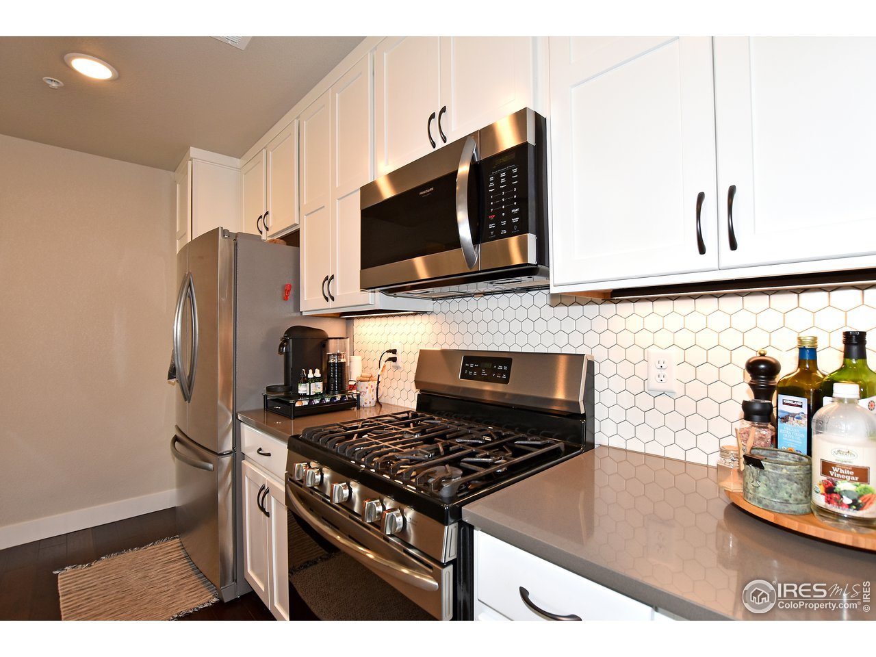 Chef's kitchen w/ an upgraded 5 burner gas range, french door refrigerator, and double pantries!