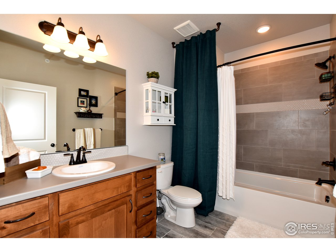 2nd full size bathroom is located right across from 2nd bedroom