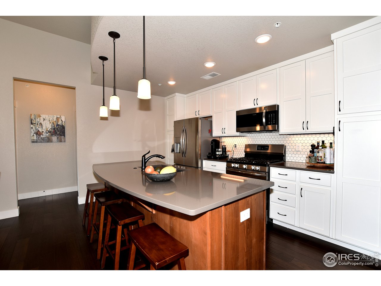 Step into this spacious open floor plan with great kitchen space and vaulted ceilings