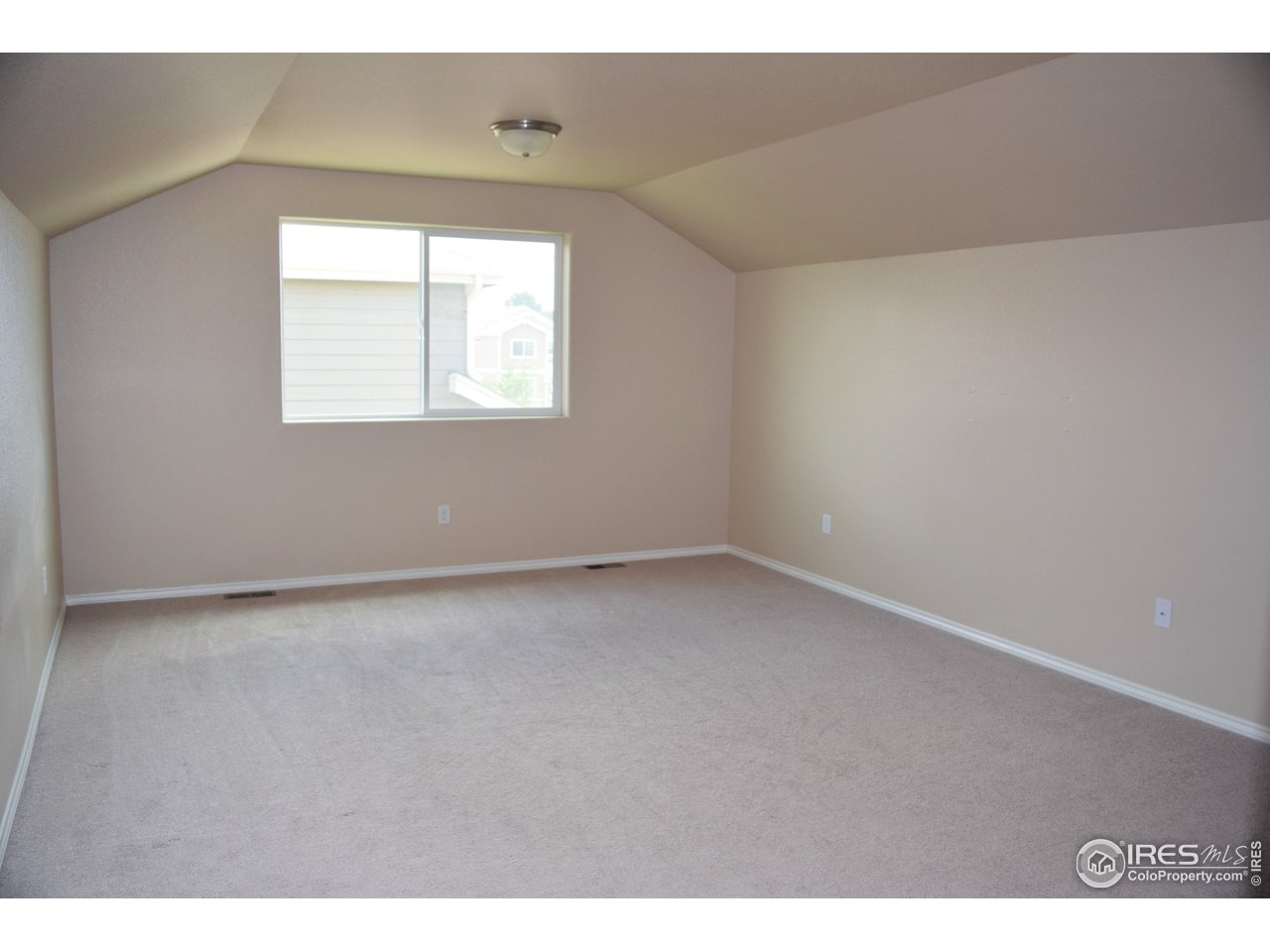 Large 3rd bedroom - easy to see without stuff ;)