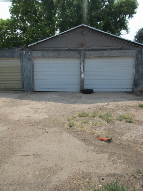 3-car detached garage