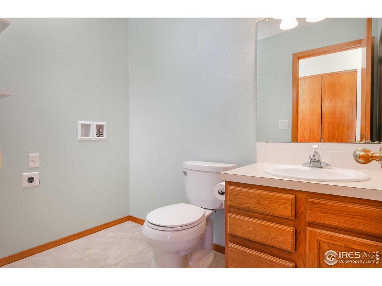 Main level bath with laundry hook up