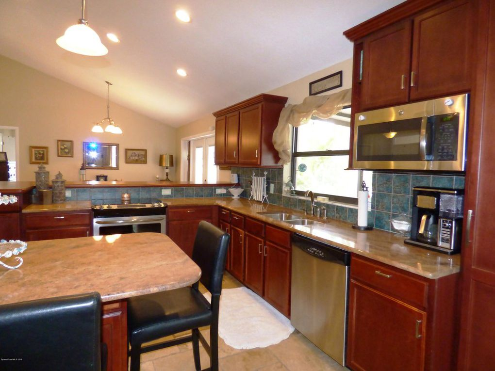 Kitchen - Cabinets w/ Crown Molding