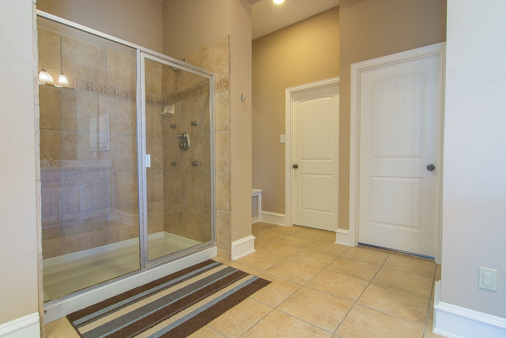 Walk-in Shower w Body Spray