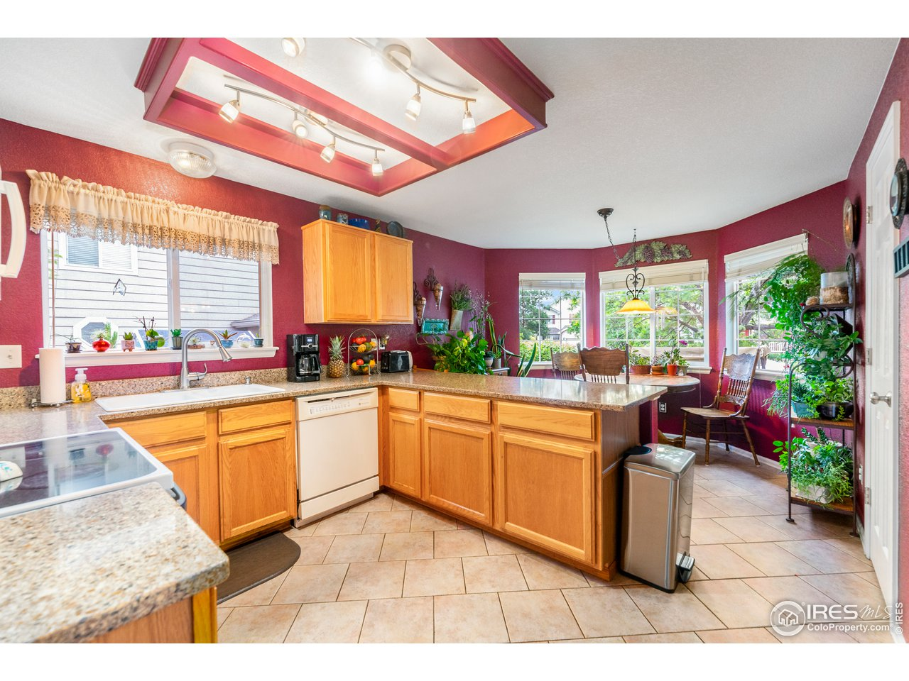 Lots of counterspace in kitchen