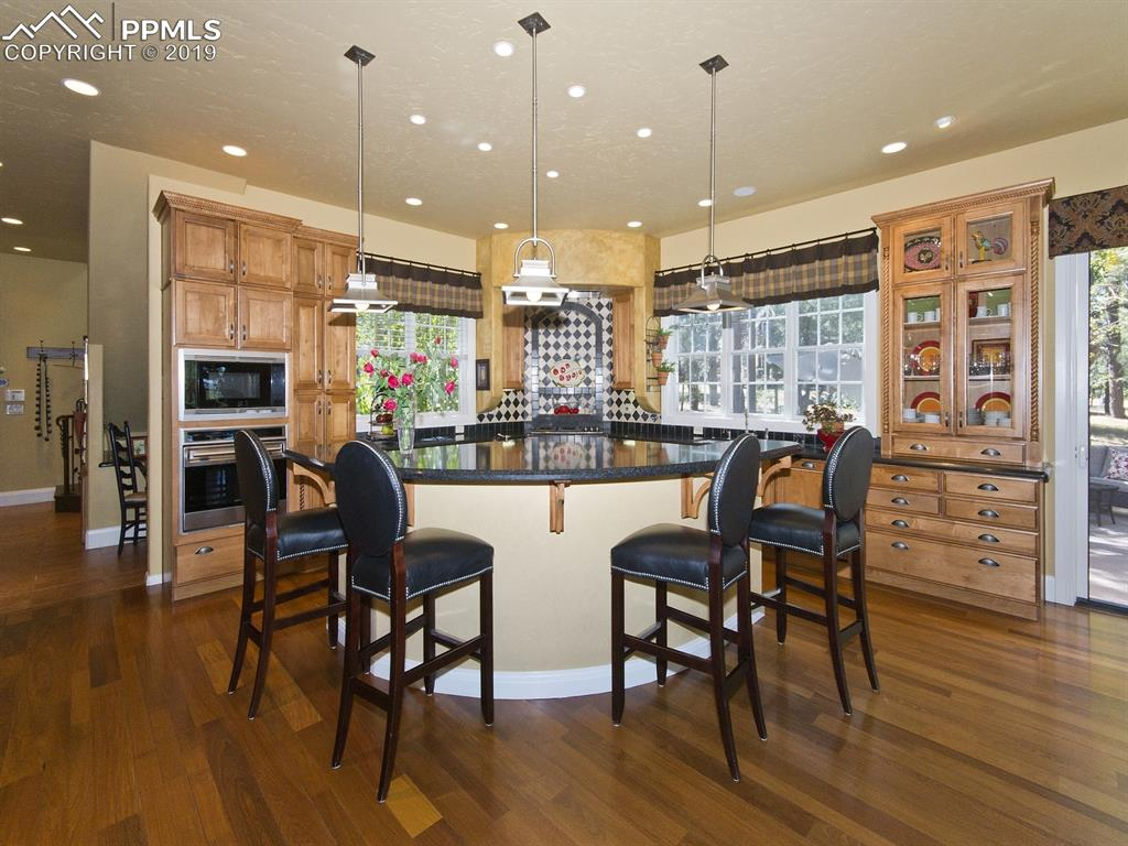 Truly elegant Kitchen with all the pickiest chef requires