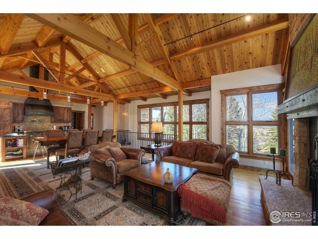 Open great room with 17' vaulted ceilings
